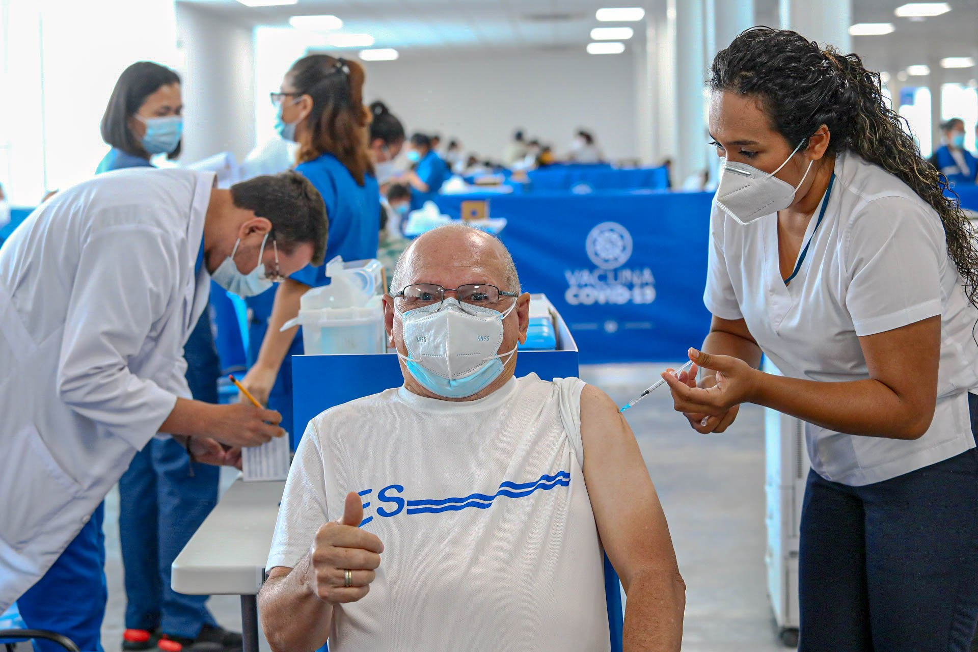 Salvadoreños reconocen el esfuerzo del Gobierno por hacer de la vacunación  contra el COVID-19 un proceso universal, gratuito y eficiente - Presidencia  de la República de El Salvador